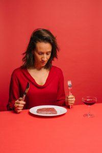 Imagen de Elsa Yranzo en montaje de food design, para ilustrar la entrevista con simple culinaria