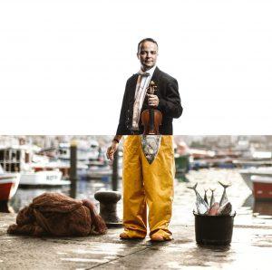 En el programa de laOrquesta Sinfónica de Tenerife el orgullose representa a través de la figura del pescador, uniendo cultura con gastronomía.
