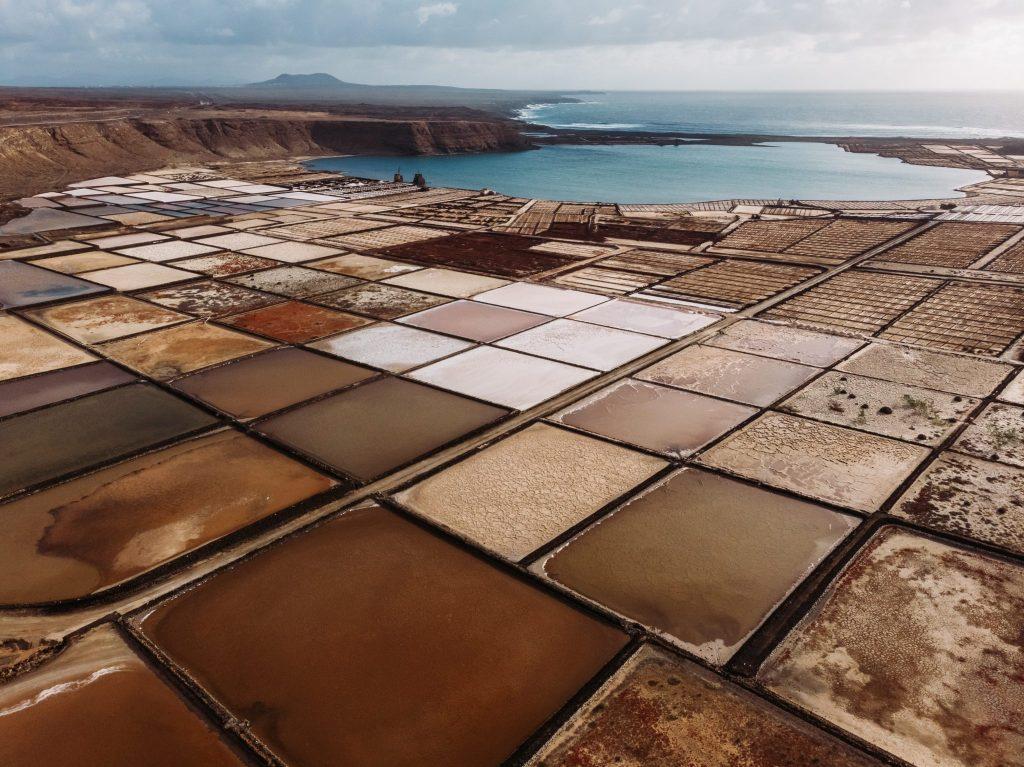 ejemplo de salinas de canarias, con una imagen de Lanzarote